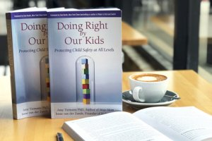 Le livre best-seller sur Amazon: 'Doing Right by Our Kids: Protecting Child Safety at All Levels' co-écrit par Irene van der Zande et Amy Tiemann, Ph.D.