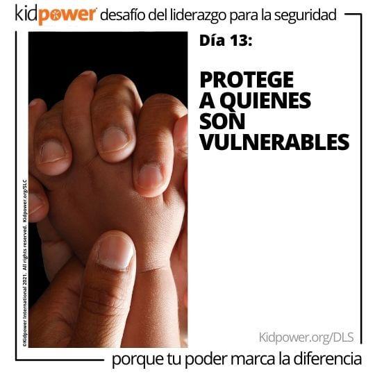 Adulto sosteniendo las manos del bebé. Texto: Día 13: Protege a quienes son vulnerables #KidpowerDLS