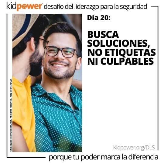Dos hombres jóvenes mirándose, sonriendo. Texto: Día 20: Busca soluciones, no etiquetas ni culpables #KidpowerDLS