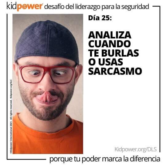 Hombre adulto con la lengua fuera y los ojos cruzados. Texto: Día 25: Analiza cuando te burlas o usas sarcasmo #KidpowerDLS