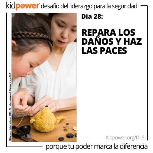 Madre ayudando a su hija a coser un animal de peluche. Texto: Día 28: Repara los daños y haz las paces #KidpowerDLS