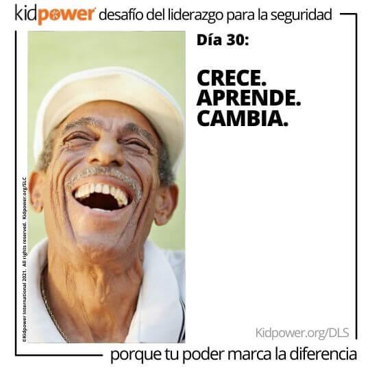 Hombre mayor mirando hacia arriba y riendo. Texto: Día 30: Crece. Aprende. Cambia. #KidpowerDLS