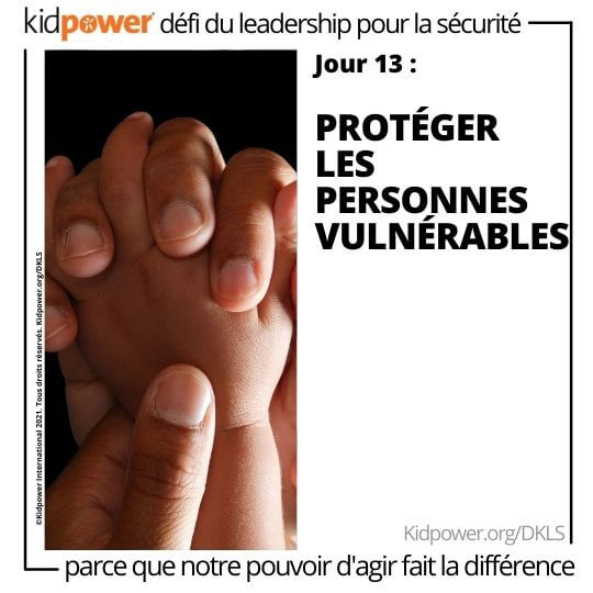 Adulte tenant les mains de bébé. Texte: jour 13: Protéger les personnes vulnérables #KidpowerDKLS