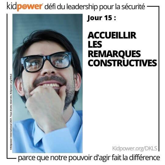 Homme d'affaires tenant le menton et souriant. Texte: jour 15: Accueillir les remarques constructives #KidpowerDKLS