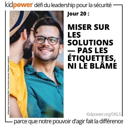 Deux jeunes hommes se regardent en souriant. Texte: jour 20: Misez sur les solutions - pas les étiquettes, ni le blâme #KidpowerDKLS