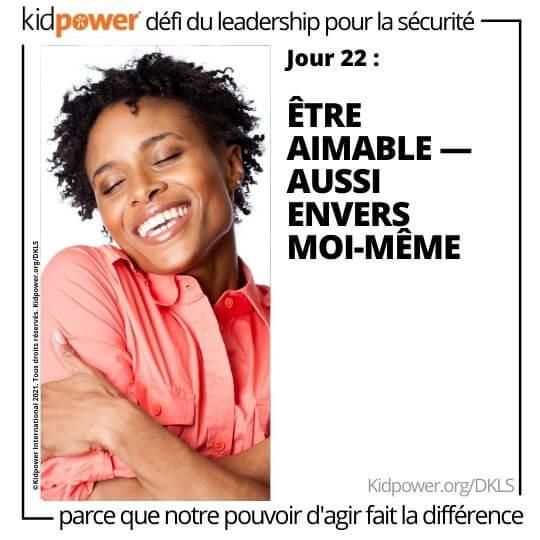 Heureuse femme se serrant dans ses bras. Texte: jour 22: Être aimable - aussi envers moi-même #KidpowerDKLS