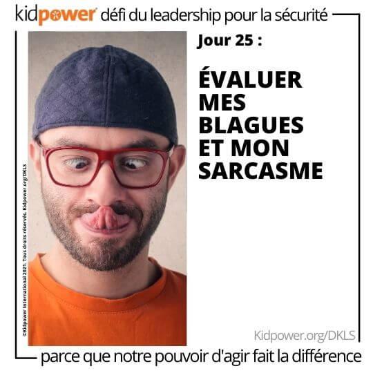 Homme adulte avec la langue et les yeux croisés. Texte: jour 25: Évaluer mes blagues et mon sarcasme #KidpowerDKLS