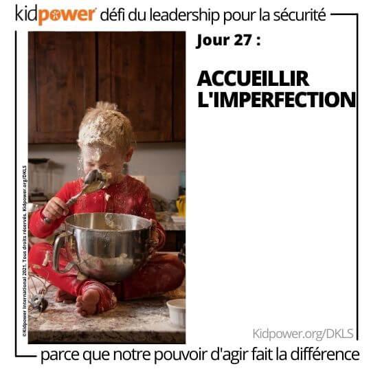 Tout-petit avec bol faisant un désordre dans la cuisine. Texte: jour 27: Accueillir l'imperfection #KidpowerDKLS