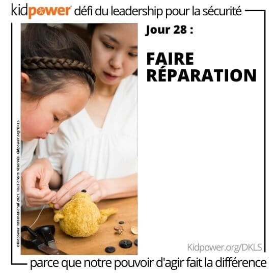 Mère aidant sa fille à coudre un animal en peluche. Texte: jour 28: Faire réparation #KidpowerDKLS