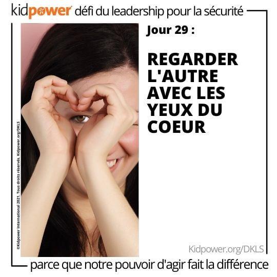 Adolescente faisant le coeur avec les mains sur un œil. Texte: jour 29: Regarder l'autre avec les yeux du coeur #KidpowerDKLS