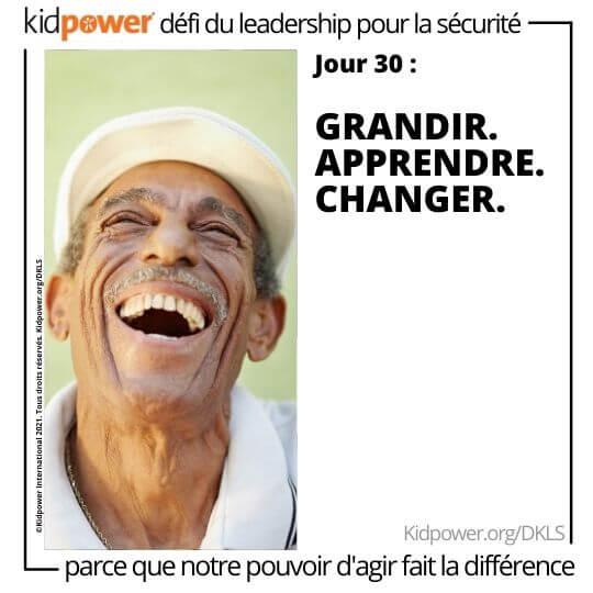 Man en levant et en riant. Texte: jour 30: Grandir. Apprendre. Changer. #KidpowerDKLS