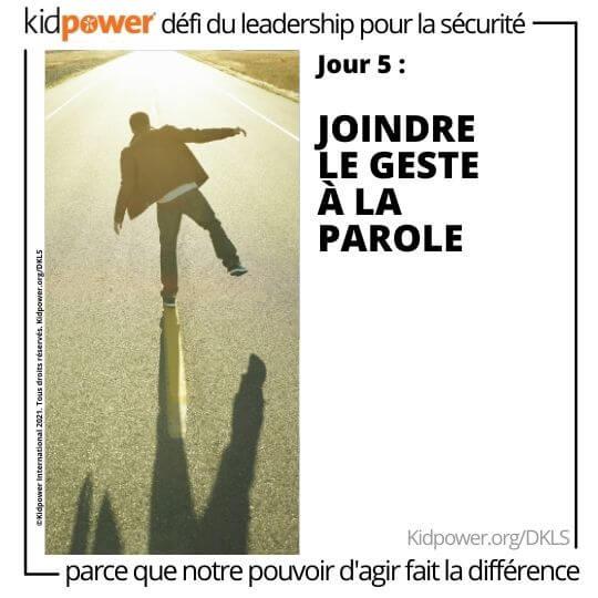 Arrière de l'homme marchant sur la médiane de la route. Texte: jour 5: Joindre le geste à la parole #KidpowerDKLS