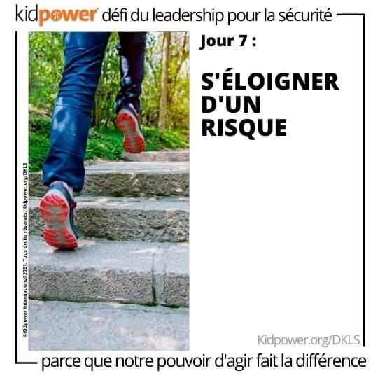Chaussures de course qui montent les escaliers. Texte: jour 7: S'éloigner d'un risque #KidpowerDKLS