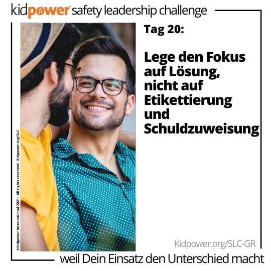 Zwei junge Männer, die sich lächelnd ansehen. Text: Tag 20: Lege den Fokus auf Lösung, nicht auf Etikettierung und Schuldzuweisung #KidpowerSLCGR