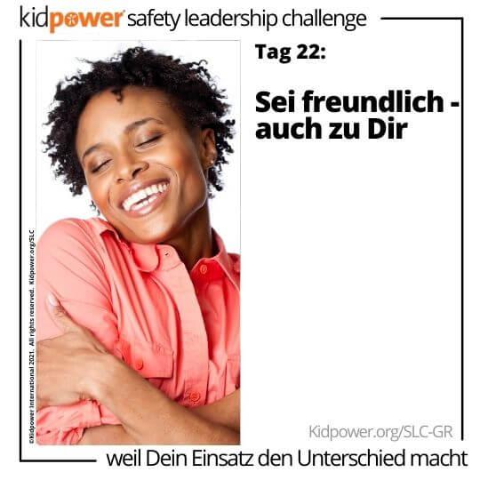 Glückliche Frau, die sich umarmt. Text: Tag 22: Sei freundlich - auch zu Dir #KidpowerSLCGR