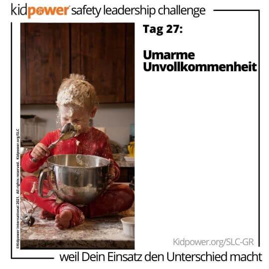 Kleinkind mit Schüssel, die ein Durcheinander in der Küche macht. Text: Tag 27: Umarme Unvollkommenheit #KidpowerSLCGR
