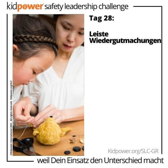 Mutter hilft Tochter Stofftier nähen. Text: Tag 28: Leiste Wiedergutmachungen #KidpowerSLCGR