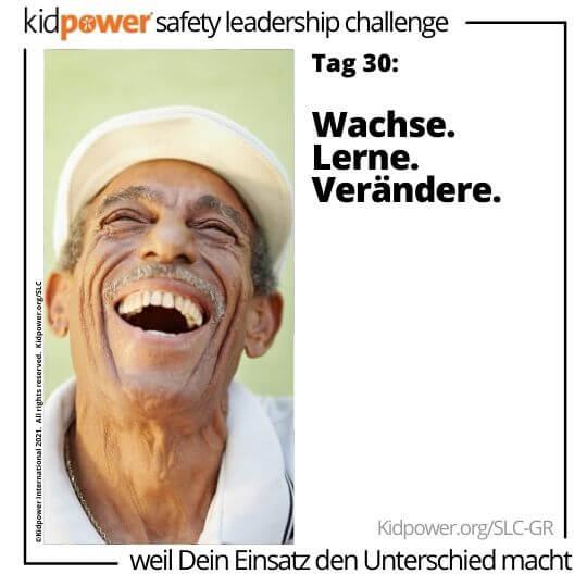 Älterer Mann, der aufschaut und lacht. Text: Tag 30: Wachse. Lerne. Verändere. #KidpowerSLCGR