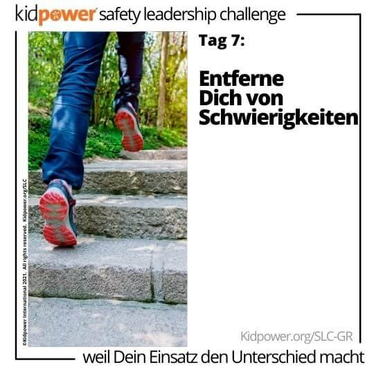 Laufschuhe gehen die Treppe hinauf. Text: Tag 7: Entferne Dich von Schwierigkeiten #KidpowerSLCGR